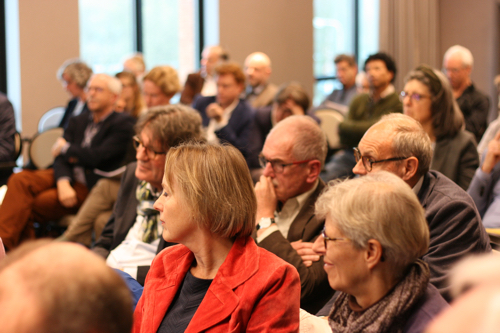 Deelnemers luisteren naar toelichting
